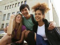 Милая группа в составе teenages на здании  Стоковое Изображение