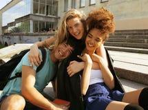 Милая группа в составе teenages на здании  Стоковое Фото