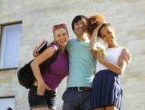 Милая группа в составе teenages на здании  стоковая фотография