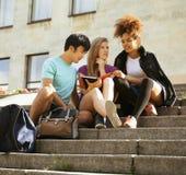 Милая группа в составе teenages на здании  стоковая фотография rf