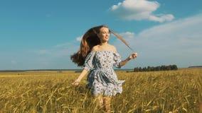 Милая девушка бежать через желтое пшеничное поле Счастливая красивая молодая женщина outdoors наслаждаясь природой Освободите, св сток-видео