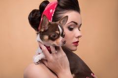 Милая девушка брюнет в ретро стиле Стоковые Фото