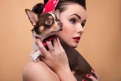 Милая девушка брюнет в ретро стиле Стоковая Фотография RF