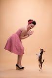 Милая девушка брюнет в ретро стиле Стоковое Фото