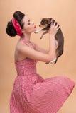 Милая девушка брюнет в ретро стиле Стоковые Изображения RF