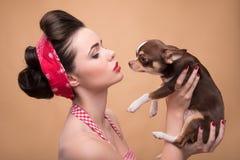 Милая девушка брюнет в ретро стиле Стоковая Фотография