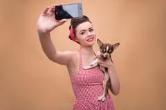 Милая девушка брюнет в ретро стиле Стоковое Изображение RF