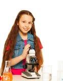 Девушка брюнет с микроскопом Стоковое Изображение