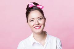 Милая девушка брюнет с улыбками точного стиля причёсок смычка дружелюбными Стоковое Изображение RF