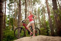 Милая девушка велосипедиста Стоковые Фотографии RF