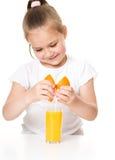 Милая девушка выпивает апельсиновый сок стоковые изображения