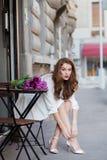 Милая девушка в белом платье и красивый букет тюльпанов. Стоковая Фотография RF