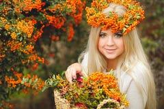 Милая девушка в венке рябины Стоковое Фото