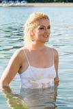 Милая девушка в воде смотрит в расстояние Стоковые Фотографии RF