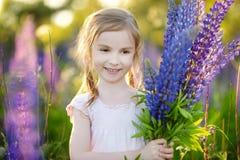 Милая девушка в зацветая поле lupine Стоковое Изображение
