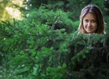 Милая девушка в красивом лесе стоковые изображения rf