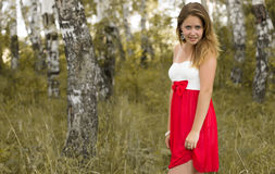 Милая девушка в красивом лесе Стоковое Фото