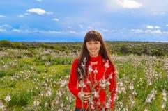 Милая девушка в поле цветка Стоковые Изображения RF