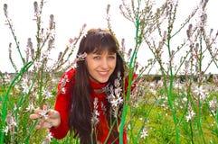 Милая девушка в поле цветка Стоковые Фото