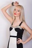 Милая девушка в платье вечера на серой предпосылке Стоковое Фото
