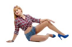 Милая девушка в ретро стиле лежа на поле Стоковые Изображения RF