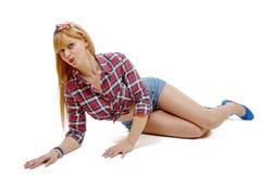 Милая девушка в ретро стиле лежа на поле Стоковая Фотография