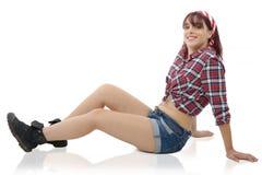 Милая девушка в ретро стиле, лежа на поле Стоковая Фотография