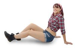 Милая девушка в ретро стиле, лежа на поле Стоковая Фотография RF