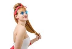 Милая девушка в ретро стиле с голубыми солнечными очками на белизне Стоковое фото RF