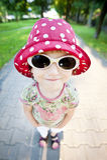 Милая девушка в солнечных очках и шляпе Стоковое Изображение RF
