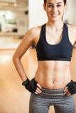 Милая девушка в sporty обмундировании с abs стоковая фотография