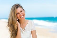 Милая девушка говоря на сотовом телефоне outdoors. Стоковое Изображение