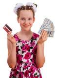 Милая девушка держа кредитную карточку и 100 банкнот доллара Стоковое Изображение RF