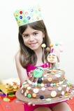 Милая девушка держа торт стоковое фото