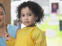 Милая девушка держа Paintbrush Стоковые Изображения RF