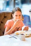 Милая девушка есть завтрак стоковое фото rf