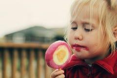 Милая девушка есть мороженое Стоковая Фотография
