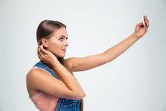 Милая девушка делая фото selfie на smartphone Стоковая Фотография RF