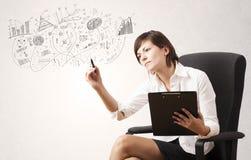 Милая девушка делая эскиз к диаграммам и диаграммам на стене Стоковое фото RF