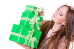 Милая девушка женщины с подарками коробок День рождения Стоковое Изображение