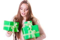 Милая девушка женщины с подарками коробок День рождения Стоковая Фотография RF