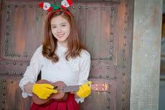 Милая девушка играет гавайскую гитару в серии Стоковая Фотография