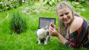 Милая девушка играет с котом и собакой HD видеоматериал