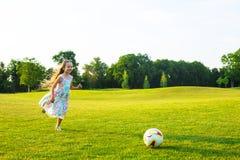 Милая девушка играет футбол Стоковые Изображения RF