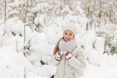 Милая девушка играя в лесе зимы Стоковые Фото