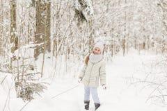 Милая девушка играя в лесе зимы Стоковое Изображение RF