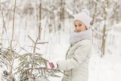 Милая девушка играя в лесе зимы Стоковое фото RF