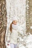 Милая девушка играя в лесе зимы Стоковая Фотография RF