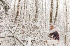 Милая девушка играя в лесе зимы Стоковые Изображения RF