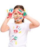 Милая девушка играя с красками Стоковые Фотографии RF